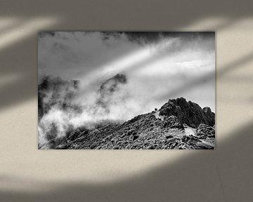 Hoog in de bergen tussen de wolken van Dick Carlier