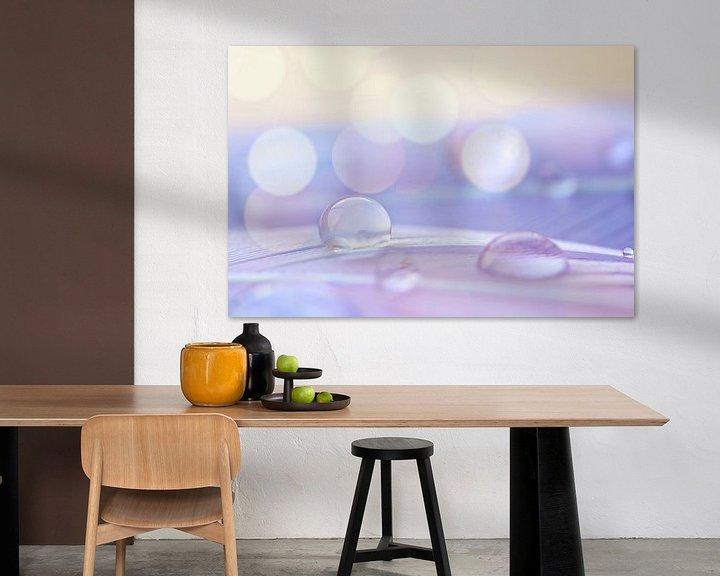 Sfeerimpressie: Waterdruppel op een veertje met bokeh achtergrond van Jessica Berendsen