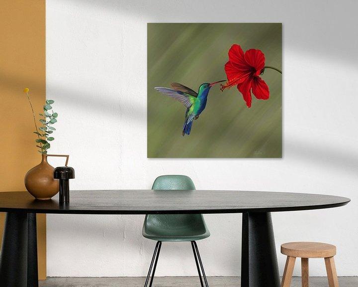 Sfeerimpressie: Kolibrie bij rode hibiscusbloem van Marion Moerland
