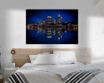 skyline van Frankfurt met weerspiegeling in de rivier de Main van Fotos by Jan Wehnert