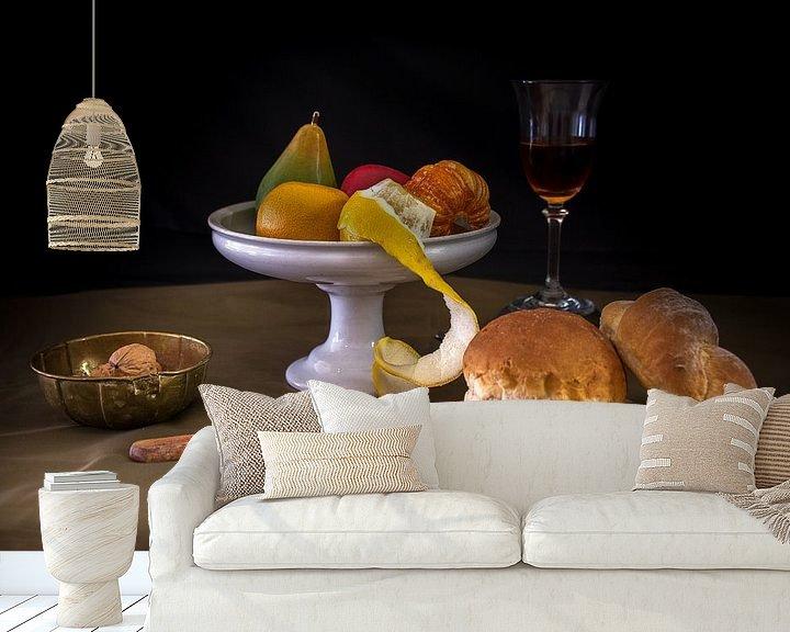 Sfeerimpressie behang: Modern stilleven brood en fruit van Jille Zuidema