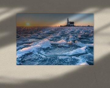 Vuurtoren in bevroren meer van Tim Vlielander