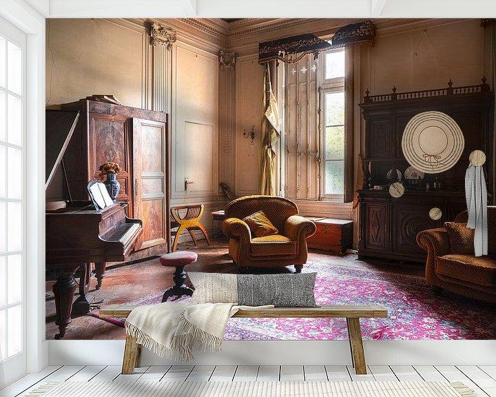 Sfeerimpressie behang: Verlaten Piano in Kasteel. van Roman Robroek