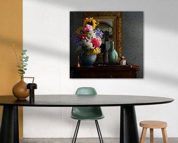 Stillleben mit Blumen und Spiegel von Marijke van Loon
