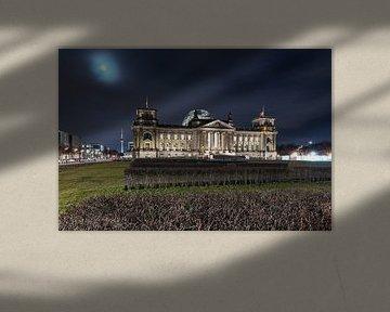 Le bâtiment du Reichstag à Berlin la nuit au clair de lune