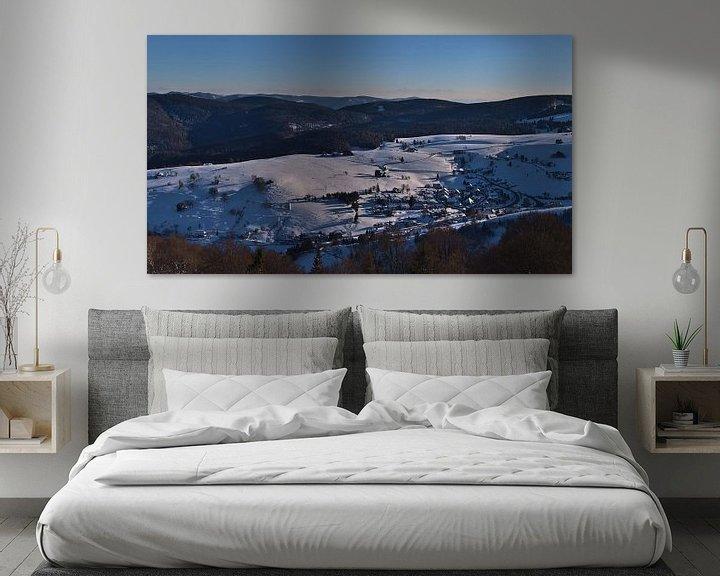 Sfeerimpressie: Panoramisch uitzicht over het dorp Hofsgrund, Zwarte Woud in de winter van Timon Schneider
