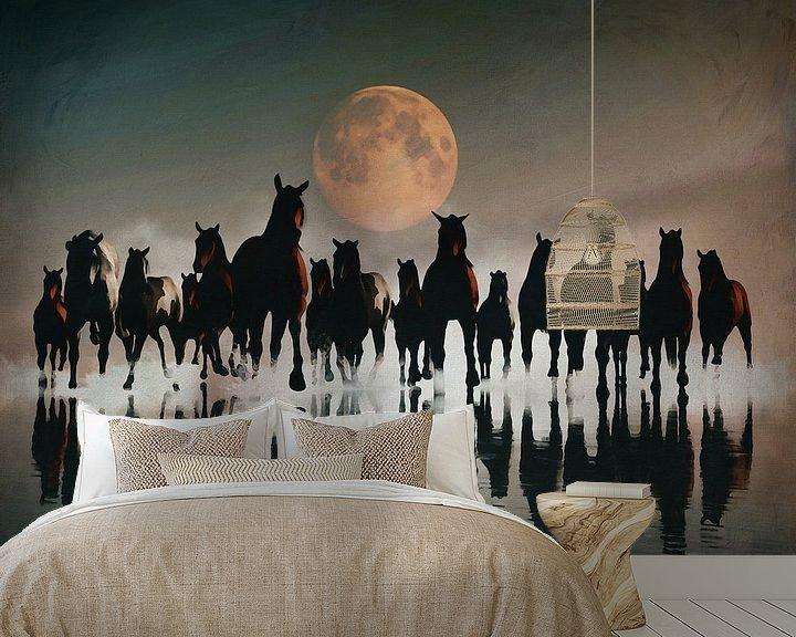 Sfeerimpressie behang: Kudde paarden in de avond aan zee van Jan Keteleer