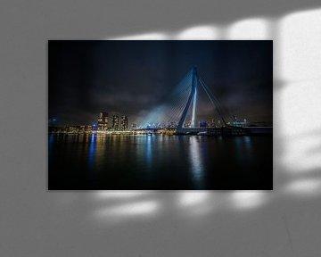 Erasmusbrug in Rotterdam bij nacht van Wim Brauns