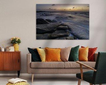 Wellen, die bei Sonnenuntergang über die felsige Küste an der Nordküste von Aruba brechen von Arthur Puls Photography