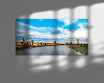 Panoramazicht op de oude stad en de Rijntoren in Düsseldorf van Dieter Walther