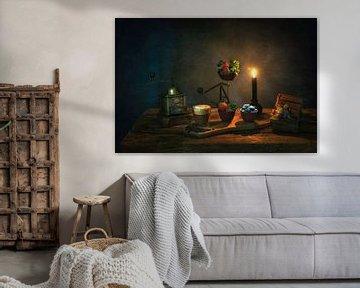 Stillleben mit Kerzenlicht, im Stil von Caravaggio. von Saskia Dingemans
