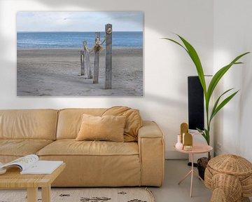 Zandstrand met palen en touw als pad richting zee van Marco Leeggangers