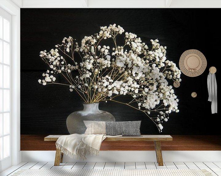 Sfeerimpressie behang: Stilleven met wiite bloemen van Felix Sedney