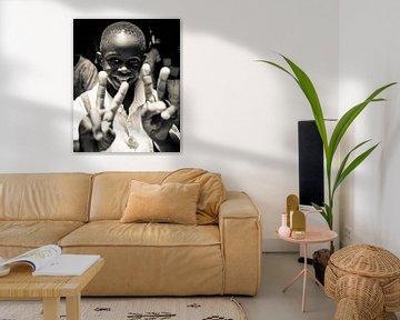 Porträt - Sambia 2019 - Fröhlicher Junge von Matthijs van Os Fotografie