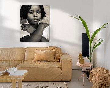 Porträt - Sambia 2019 - Selbstbewusstes Mädchen von Matthijs van Os Fotografie
