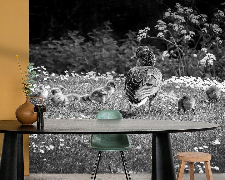 Sfeerimpressie behang: Ganz met kuikens in het gras van Charlotte Dirkse