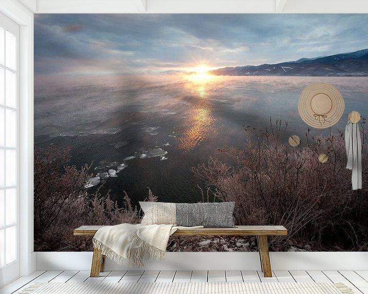 Sfeerimpressie behang: Roze dageraad doet het bevroren landschap herleven van Michael Semenov