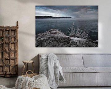 Sombere krullende wolken en koude stenen van Michael Semenov