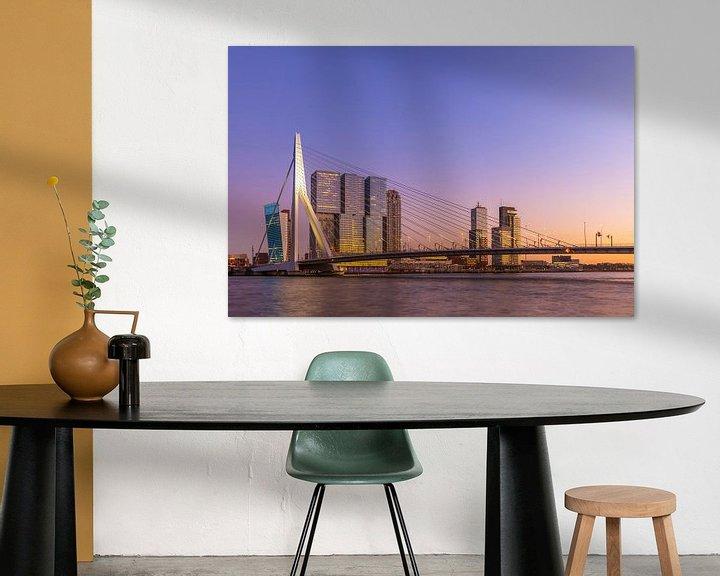 Beispiel: Die Erasmusbrücke in Rotterdam während der goldenen / blauen Stunde in einem bunten Glanz von Arjan Almekinders