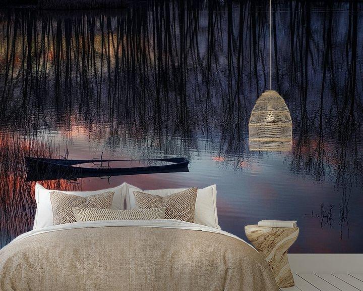 Sfeerimpressie behang: Half gezonken bootje tijdens zonsondergang. van Ron van der Stappen