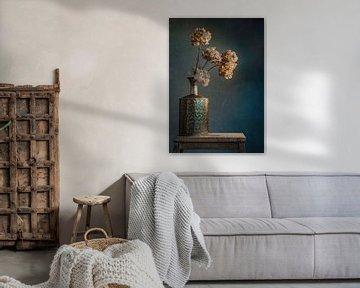 stilleven met gouden vaas van Joey Hohage