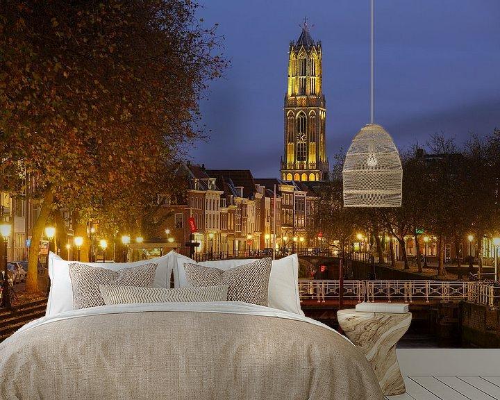Sfeerimpressie behang: Weerdsluis, Oudegracht en gele Domtoren in Utrecht van Donker Utrecht