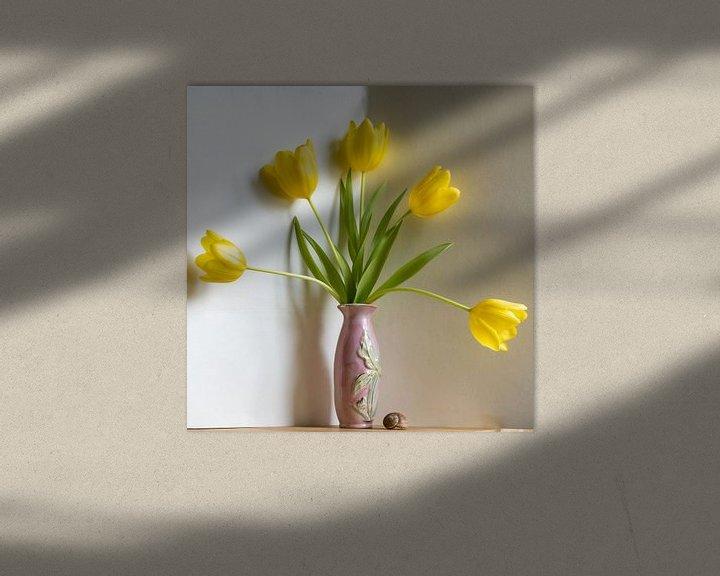 Impression: Éventail de tulipes jaunes dans un vase rose sur Susan Hol