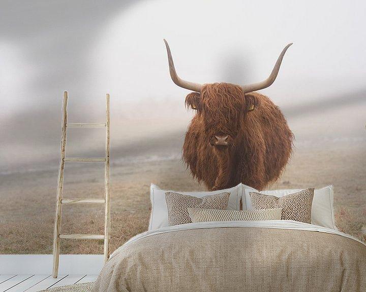 Sfeerimpressie behang: Schotse hooglander in de wei in Wassenaar van Joyce van Galen