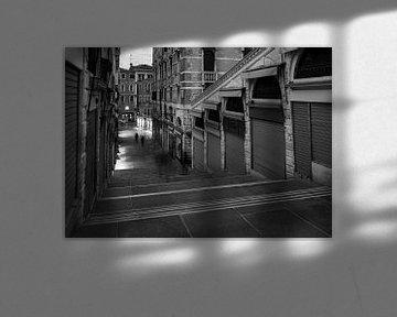 Auf der Rialtobrücke in Venedig