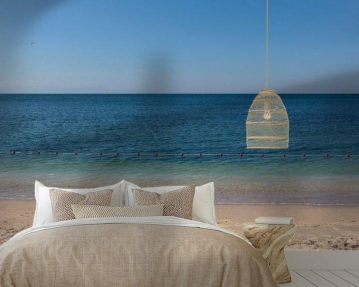 Sfeerimpressie behang: Abstracte foto van een blauwe zee en strand in Istanbul, Turkije. van Eyesmile Photography
