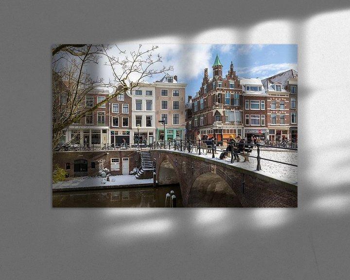 Sfeerimpressie: Oudegracht met Smeebrug in winterse sfeer, Utrecht. van André Russcher