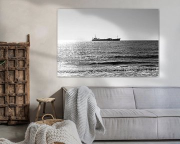 Einsames Schiff auf See von Manon van Bochove