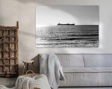 Eenzaam schip op zee van Manon van Bochove