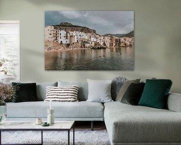 Uitzicht op de stad en het water van Cefalu, Sicilië Italië van Manon Visser