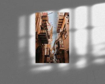 Atmosphärische, enge Gassen im Zentrum von Cefalu voller Balkone. Sizilien, Italien von Manon Visser