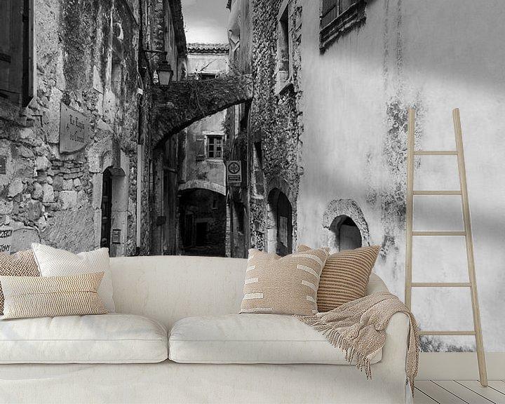 Sfeerimpressie behang: Verlaten steeg, zwart wit van Ron Jobing
