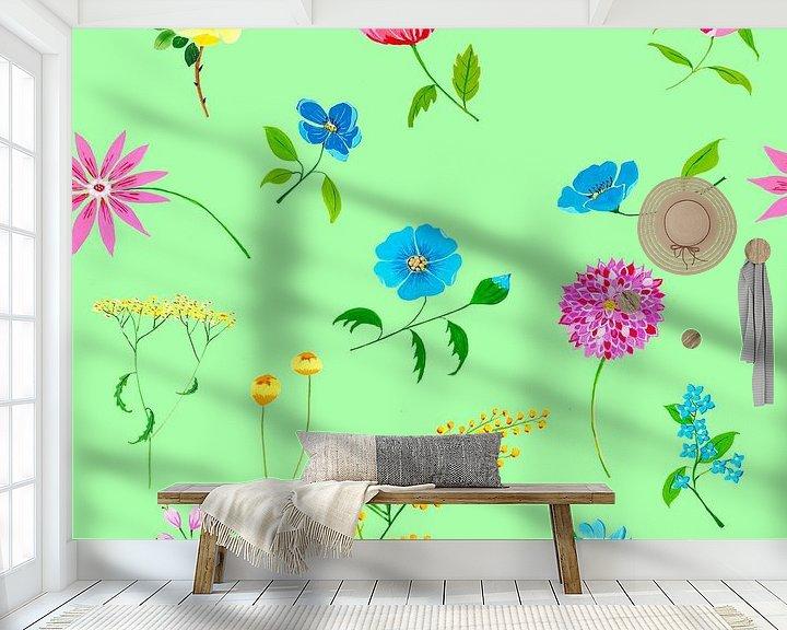 Sfeerimpressie behang: Fleurig naadloos bloemenpatroon op groene achtergrond van Ivonne Wierink