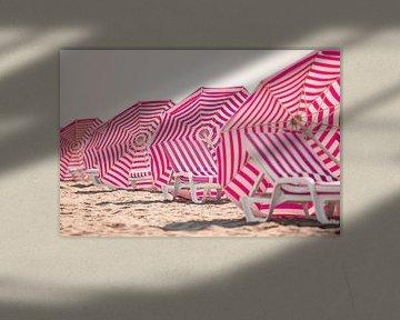 Chaises de plage et parasols à la côte belge sur Evelien Oerlemans