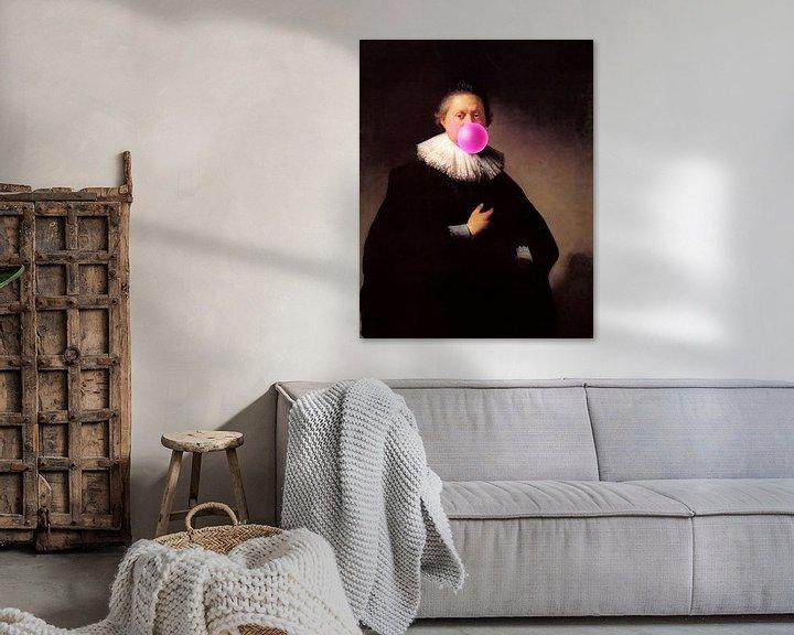 Sfeerimpressie: Rembrandt Portret van een Man met Bubble Gum van Maarten Knops