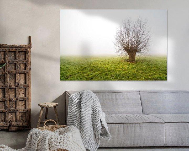 Beispiel: Nebliger Morgen mit nur stehendem Baum von Marcel Derweduwen