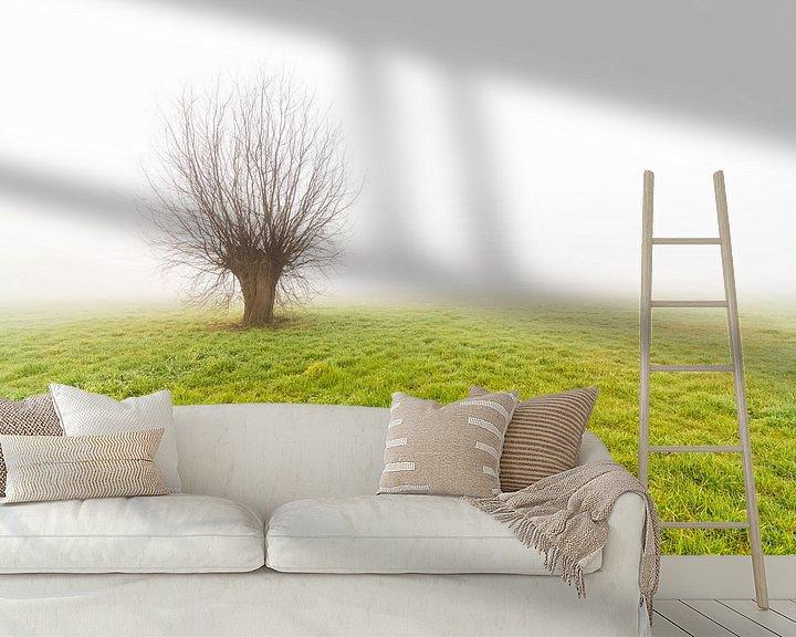 Beispiel fototapete: Nebliger Morgen mit nur stehendem Baum von Marcel Derweduwen