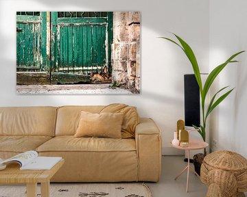 Alte baufällige Tür mit abblätternder Farbe von MICHEL WETTSTEIN