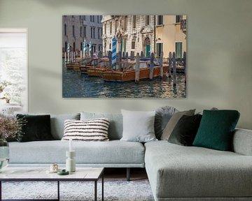 Oude panden en houten speedboten aan kanaal in oude centrum van Venetie, Italie van Joost Adriaanse