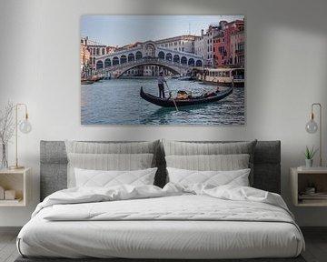 Alte Gebäude und Rialto-Brücke mit Gondel auf Kanal in der Altstadt von Venedig, Italien von Joost Adriaanse