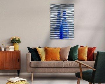Blauwe glazen fles met achtergrond van golven van Lisette Rijkers