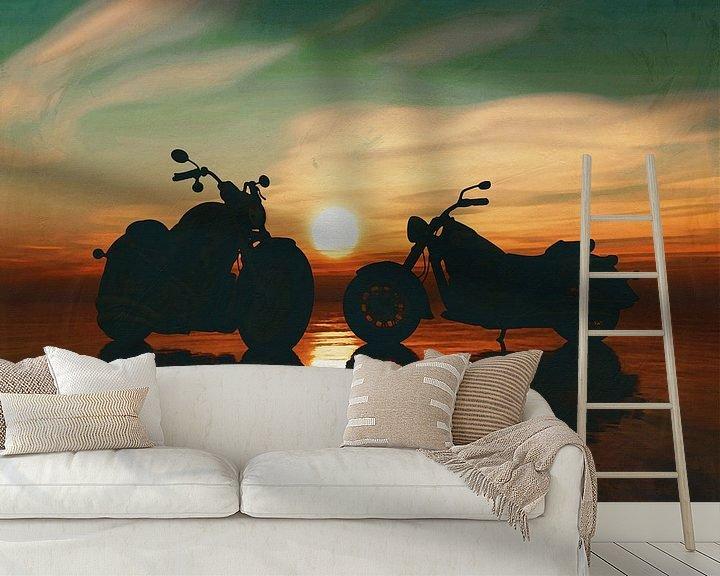 Sfeerimpressie behang: Twee motorfietsen op het strand bij zonsondergang van Jan Keteleer