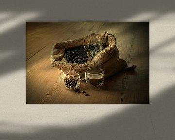 Stilleven met koffiebonen. van Humphry Jacobs