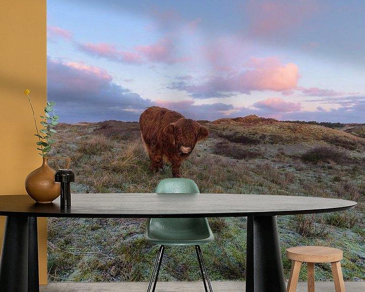 Sfeerimpressie behang: Schotse Hooglander Kalf op duintop komt naar me toe van Remco Van Daalen