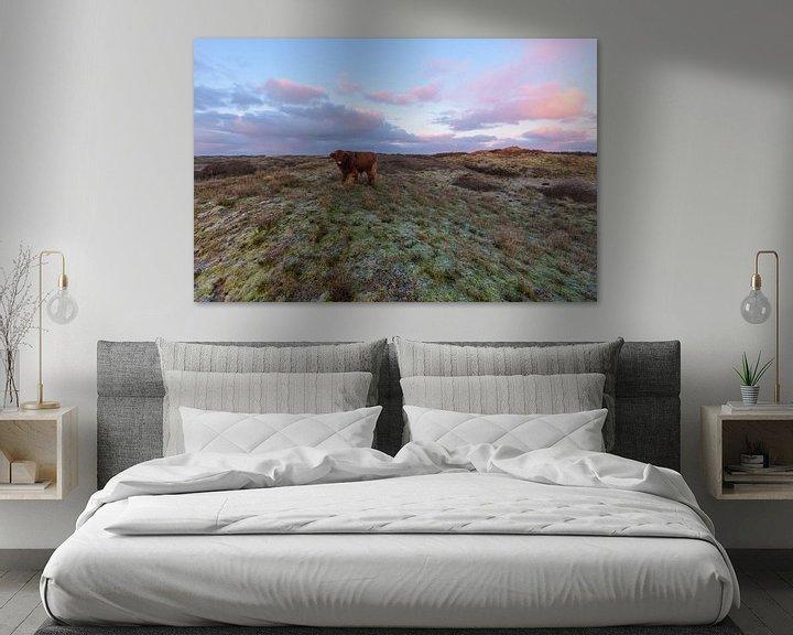 Impression: Le Highlander écossais au sommet d'une dune au lever du soleil sur Remco Van Daalen
