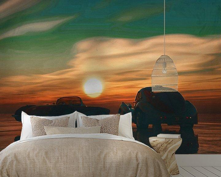 Sfeerimpressie behang: Twee oldtimers op het strand bij zonsondergang van Jan Keteleer